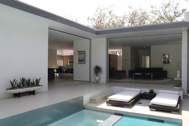 Decocasa en colombia l neas rectas y una casa moderna for Jardines casas modernas